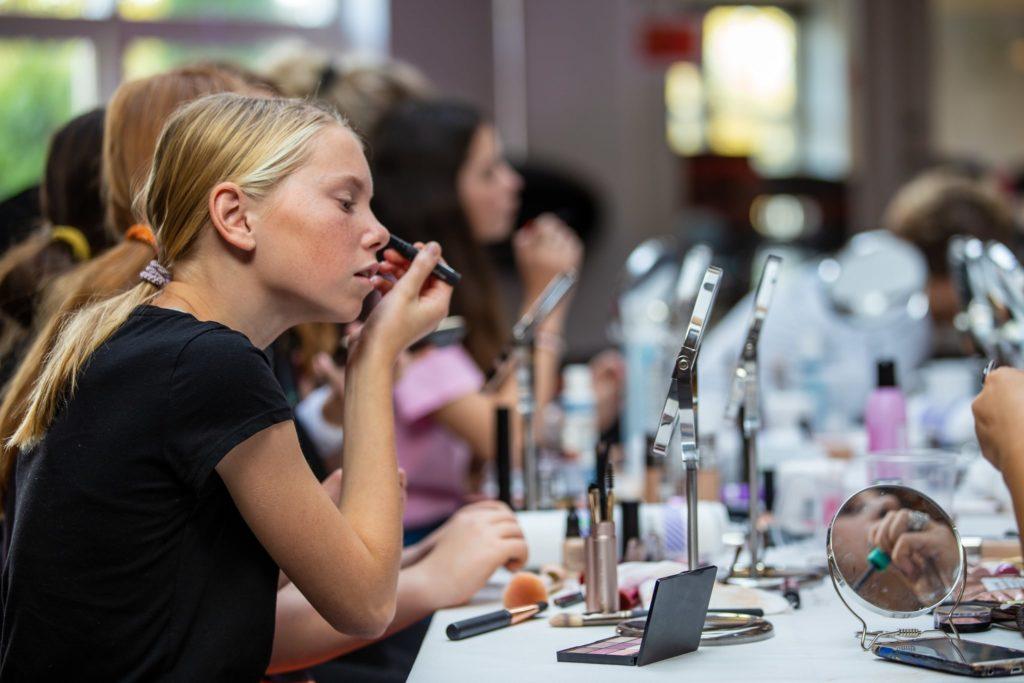 pige til make up workshop til beauty camp for piger