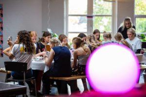 make up workshop med piger der lægger make up på pige camp