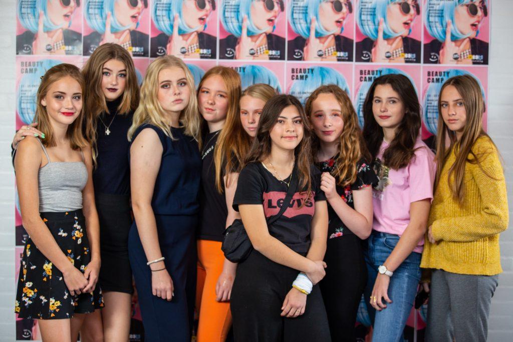 piger til beauty camp tager billeder til de sociale medier