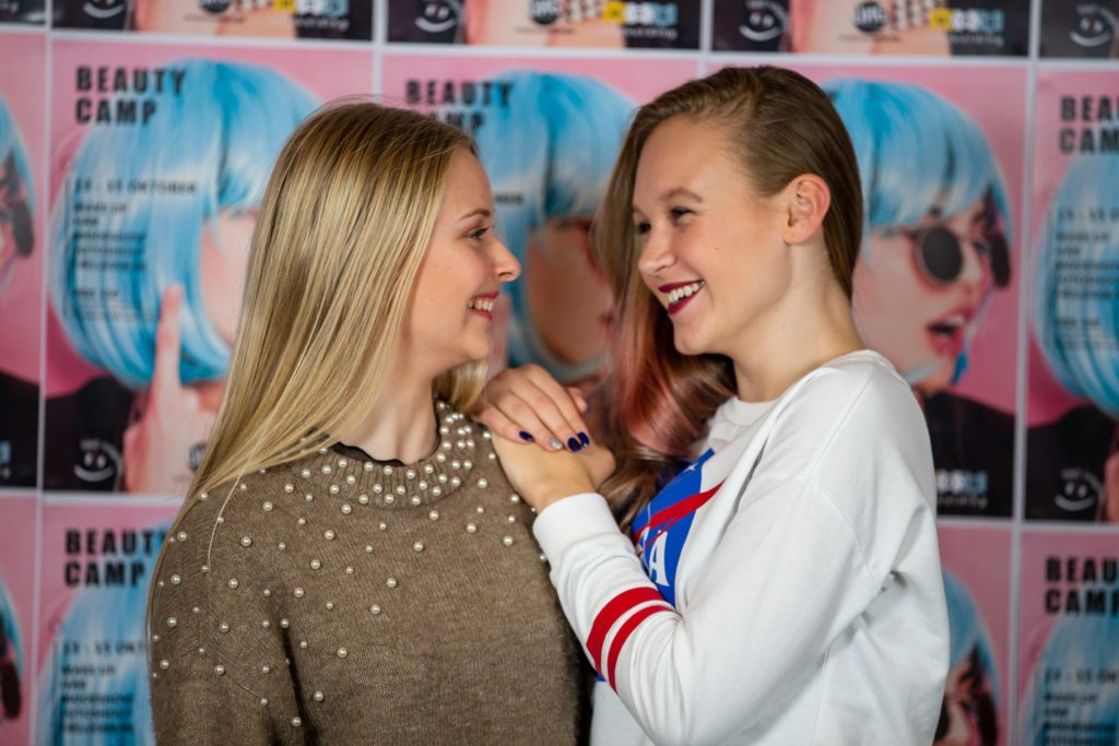 to veninder der smiler og er glade til beauty camp