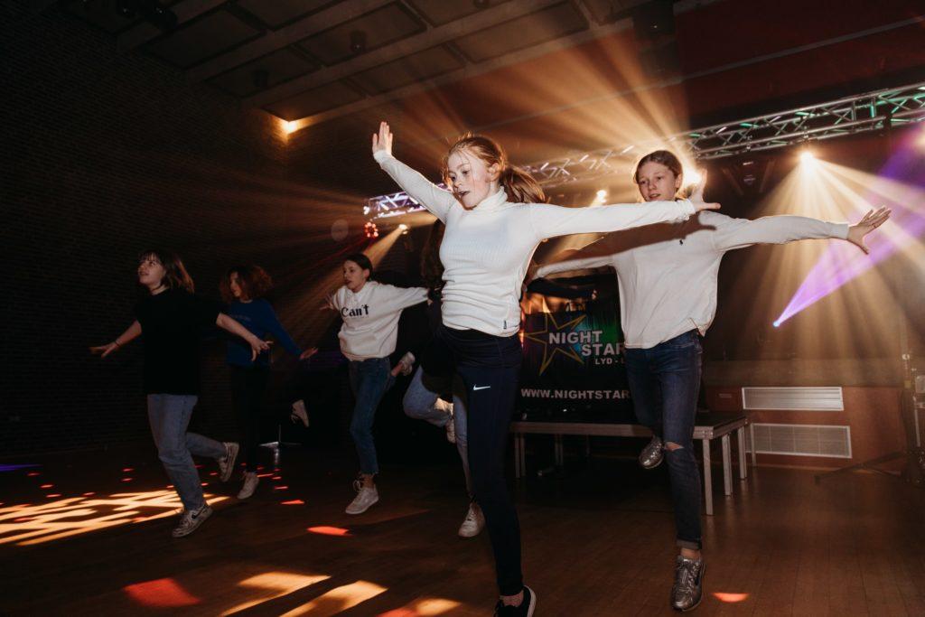 hiphop danseshow med dansefabrikken til ungdomsfest med dj