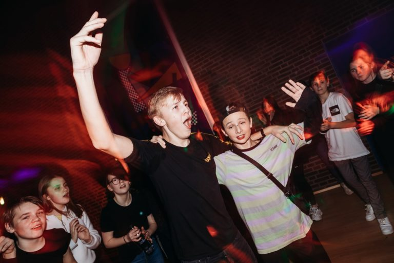 drenge der danser sammen og har det sjovt til en fest for unge