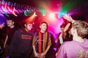 drenge på et dansegulv til en fest for unge