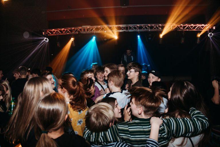 unge der fester til en ungdomsfest med dj og lys