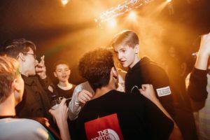 drenge på dansegulvet til en fest for unge