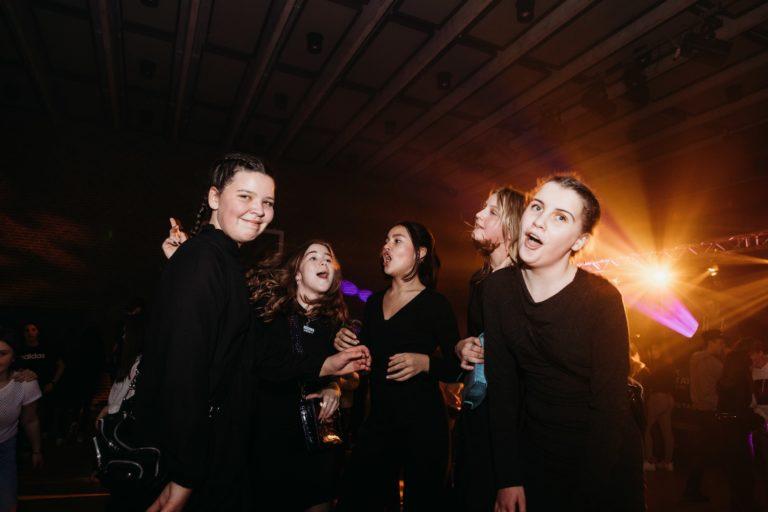 piger der danser til en fest for unge