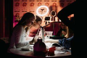 piger der får lavet negle af beauty camp underviserne til en ungdomsfest