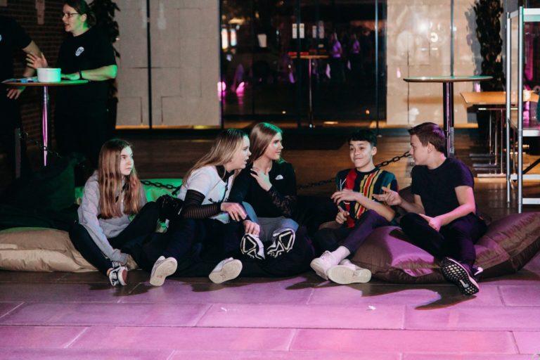 unge der hygger sig til en ungdomsfest
