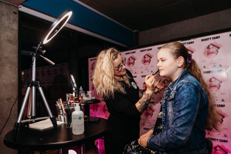 ung pige der får lagt make up til ungdomssfest