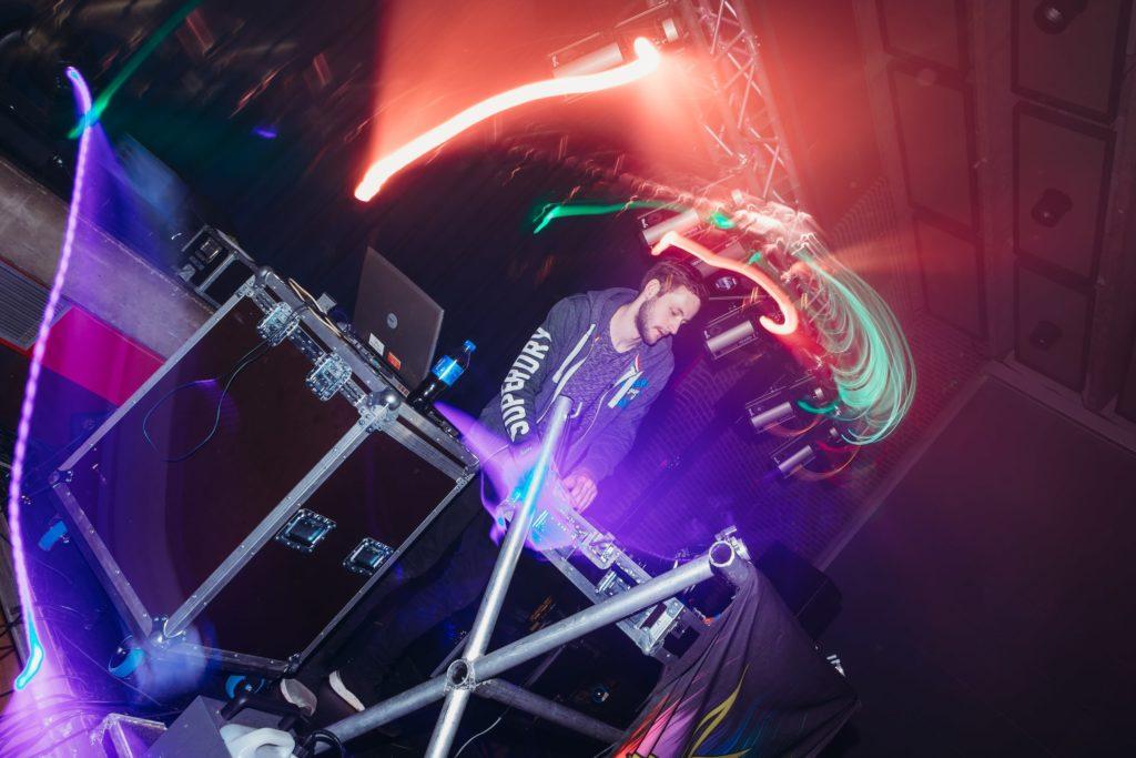 lej en dj med lyd og lys til fest