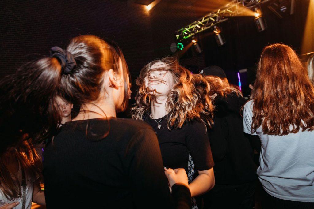 pige der danser og har det sjovt til en fest for unge