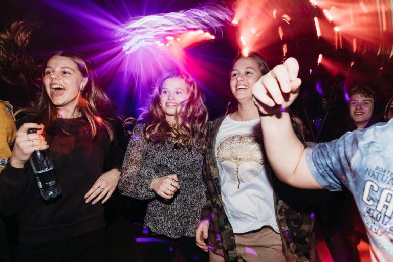 pige der danser og har det sjovt til en skolefest for unge