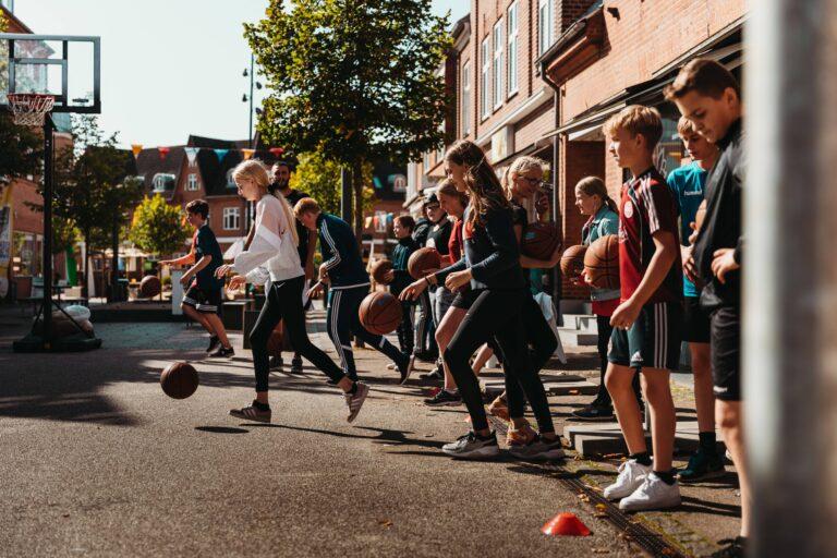 Unge der spiller basket til street day